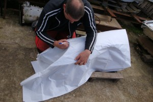 Abnehmen der Schablone zur Kotflügelanfertigung von der Holzform