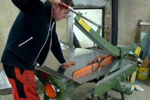 Grobzuschnitt der Blechtafel für die Kotflügeanfertigung mit der Tafelschere